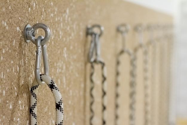 Close-up van nietjes en loops in de muur voor stretching in een yogastudio