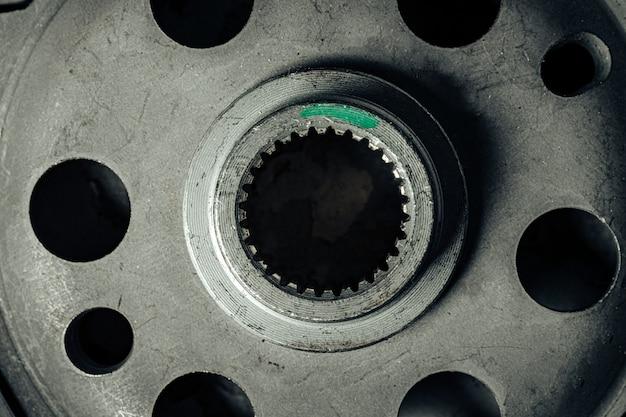 Close-up van nieuwe metalen reserveonderdelen auto-onderdelen
