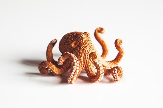 Close-up van octopusstuk speelgoed op wit