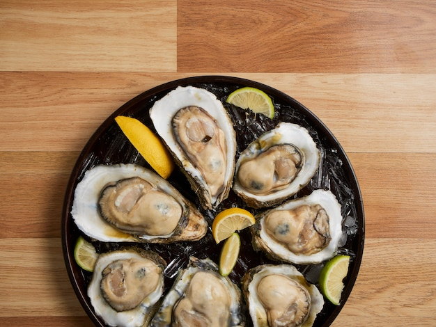 Close-up van oesters op ijs.