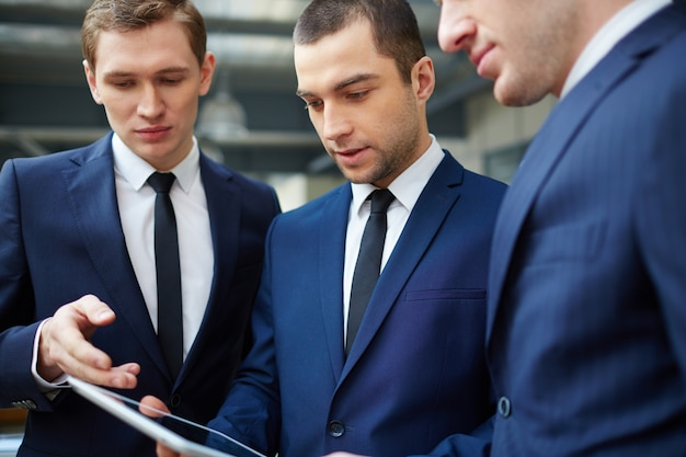Close-up van ondernemers met digitale tablet