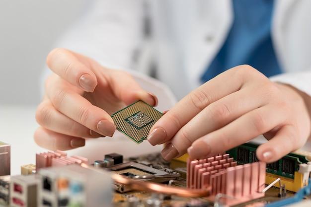 Close-up van onderzoeker met chip