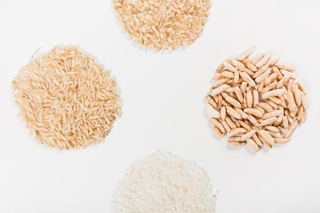 Close-up van ongekookte rijst die over witte achtergrond wordt geïsoleerd
