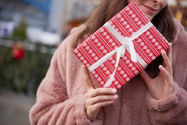 Close-up van onherkenbare vrouw met kerstcadeau