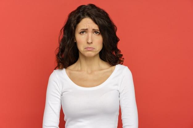Close-up van ontevreden, ongelukkige jonge vrouw die verdrietig gaat huilen, overstuur millennial vrouw studio-opname