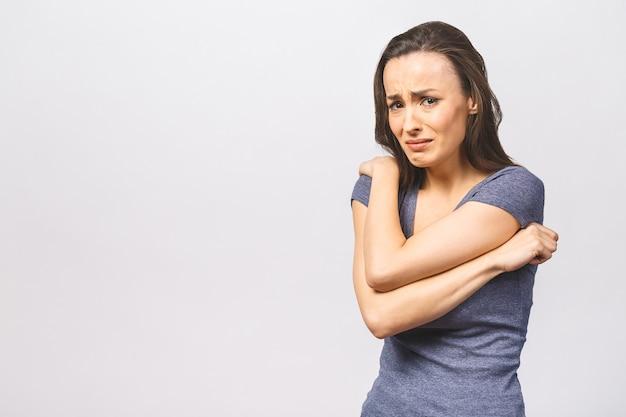 Close-up van ontevreden vrouw fronst gezicht in ontevredenheid huilt van pijn