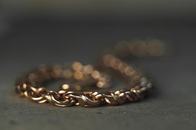 Close-up van onvoltooide armband op goudsmid tafel