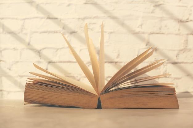 Close-up van open boeken op een tafel