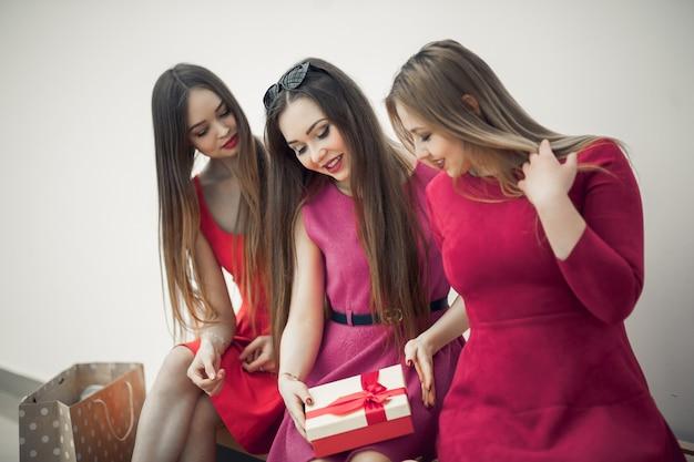 Close-up van open en verraste vrouwen huidige doos met gift