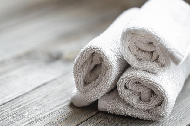 Close up van opgerolde badhanddoeken op onscherpe achtergrond. gezondheid en persoonlijke hygiëne concept.
