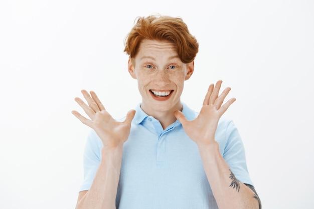 Close-up van opgewonden gelukkig man die verbluffend goed nieuws vertelt