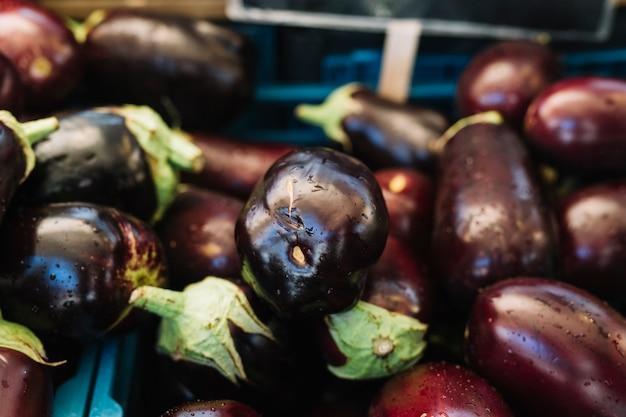 Close-up van organische aubergines