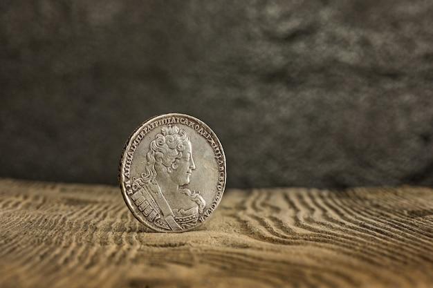 Close-up van oud russisch muntstuk op houten.