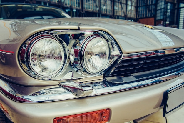 Close-up van oude auto met zilveren gekleurde verf op automobielshow.