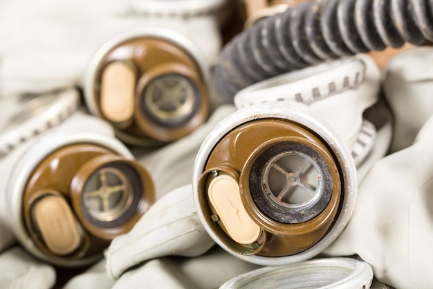 Close-up van oude gasmaskers