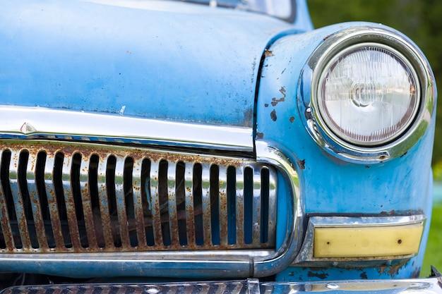 Close-up van oude jaren zestig roestige blauwe auto