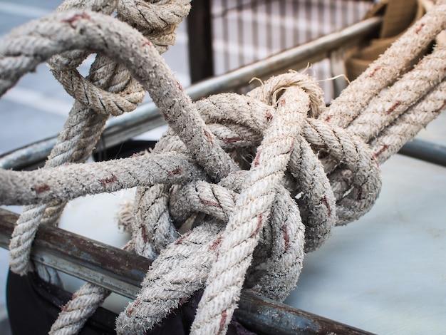Close up van oude touw en knoop (knoop, touw, draai)