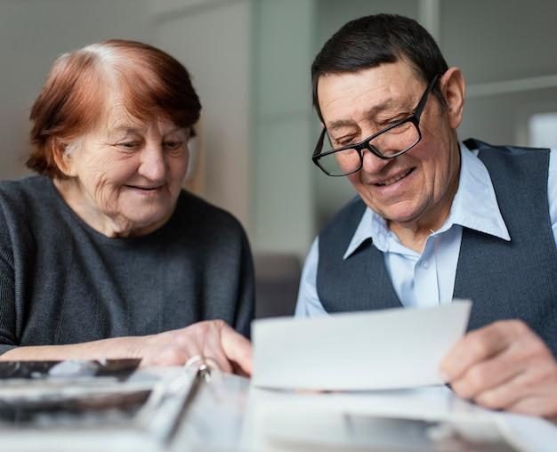 Close-up van ouderen nota lezen