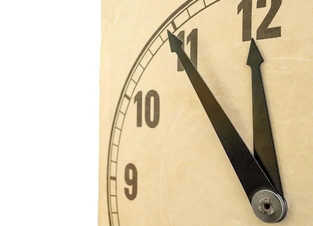 Close-up van ouderwetse klok die op wit wordt geïsoleerd