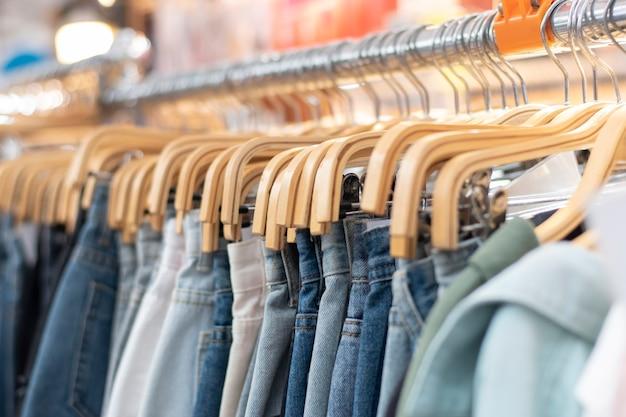 Close-up van overhemden die aan hangers in een kledingwinkel hangen