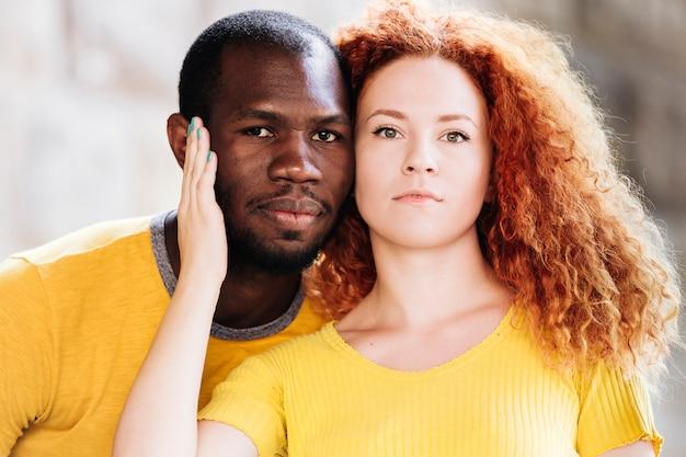 Close-up van paar tussen verschillende rassen die de camera onder ogen zien
