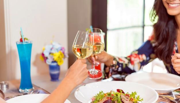 Close-up van paarhanden die champagnefluiten houden tijdens viering bij zonsondergangstrand Premium Foto
