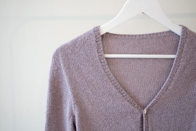 Close-up van paars vest op de hanger