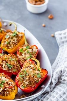 Close-up van paprika gevuld met quinoa.