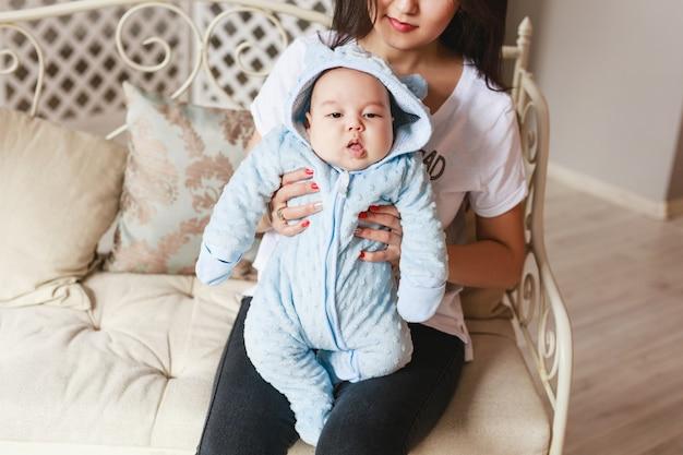 Close up van pasgeboren baby van gemengd ras. aziatische en britse pasgeboren baby.