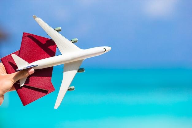 Close-up van paspoorten en witte vliegtuig de zee