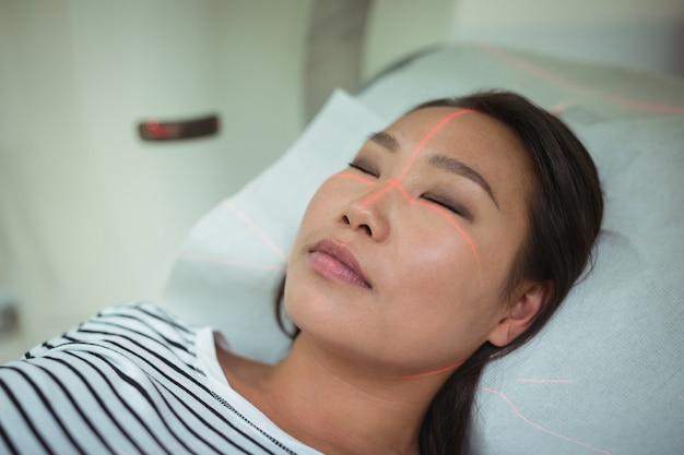 Close-up van patiënt die ct-scantest ondergaat