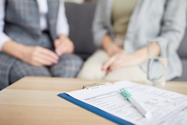 Close-up van patiënten formulier in therapeut office