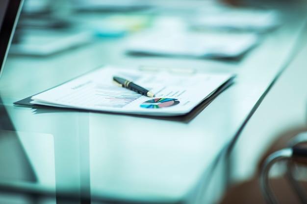 Close-up van pen en financiële documenten op de tafel van de zakenman. de foto is een lege ruimte voor uw tekst