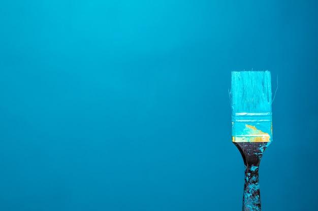 Close-up van penseel met turkooizen kleur