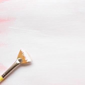 Close-up van penseel op getextureerde tekening
