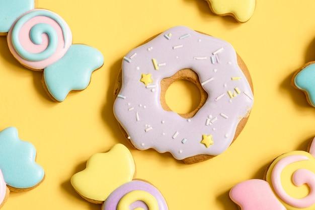 Close-up van peperkoek in de vorm van een donut op een gele achtergrond.