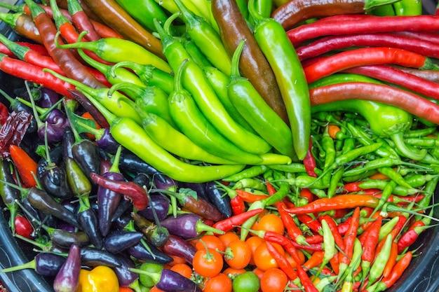 Close-up van pepers en paprika's van verschillende variëteiten