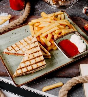 Close up van pepperoni toast geserveerd met frietjes en sauzen