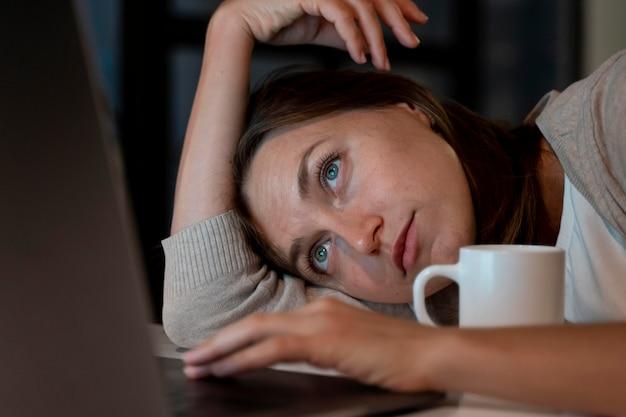 Close-up van persoon die 's nachts thuis werkt