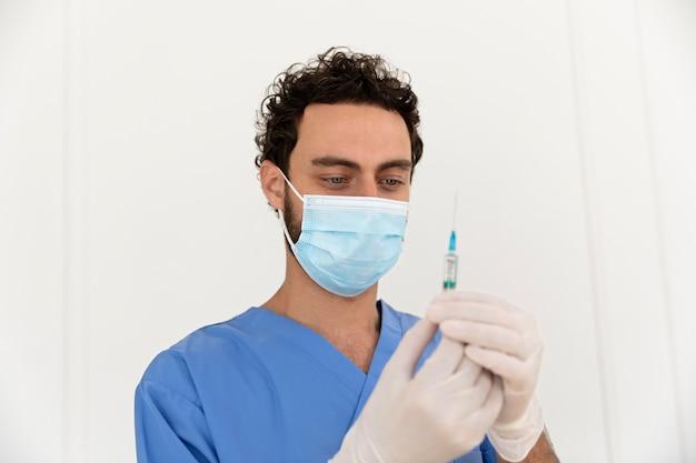 Close-up van persoon die wordt gevaccineerd