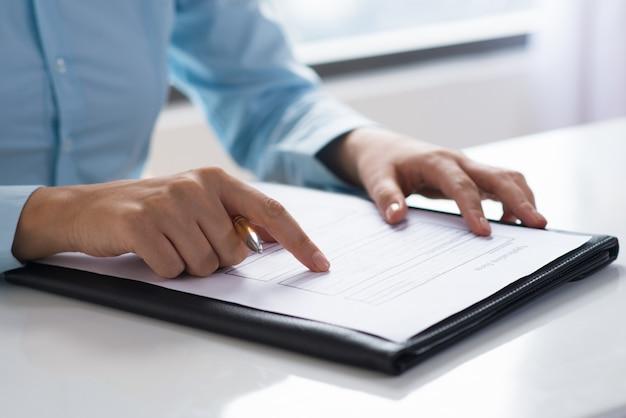 Close-up van persoon lezen en bestuderen van document