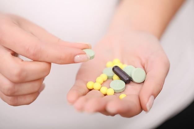 Close up van pillen in vrouwelijke handen