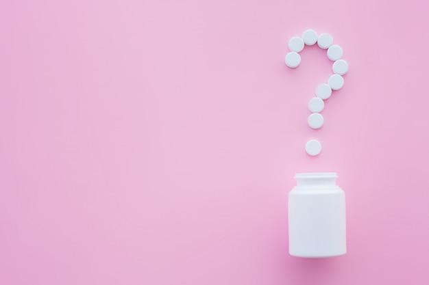 Close up van pillen. voedingssupplementen. verscheidenheidspillen. vitamine capsules op roze achtergrond
