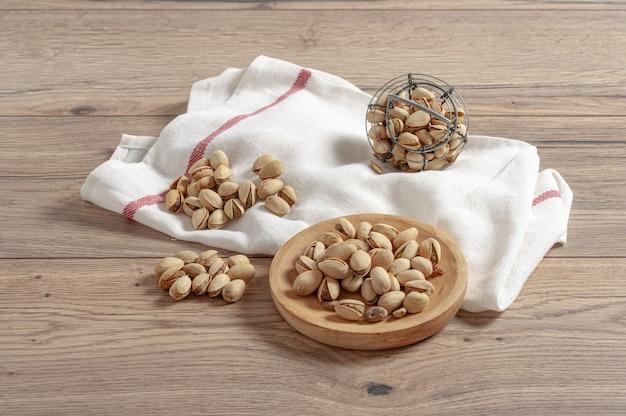 Close-up van pistachenoten in kleine containers op een houten tafel