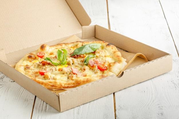 Close up van pizza's met verschillende toppings en kaas in karton