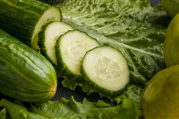 Close-up van plakjes komkommer met selderij