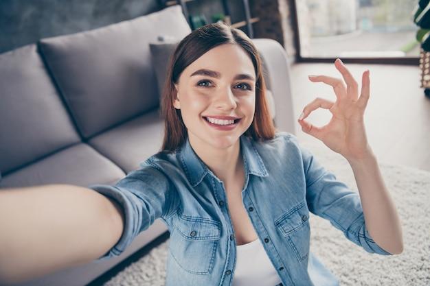 Close-up van positief vrolijk meisje keurt ideale show ok-symbool goed