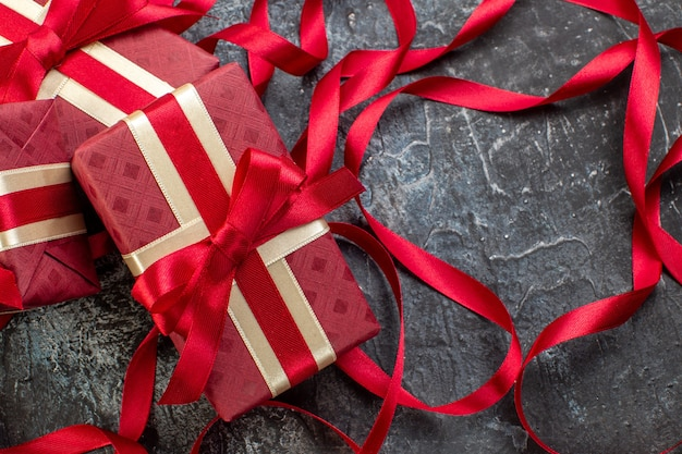 Close-up van prachtig verpakte geschenkdozen vastgebonden met lint op ijzig donker