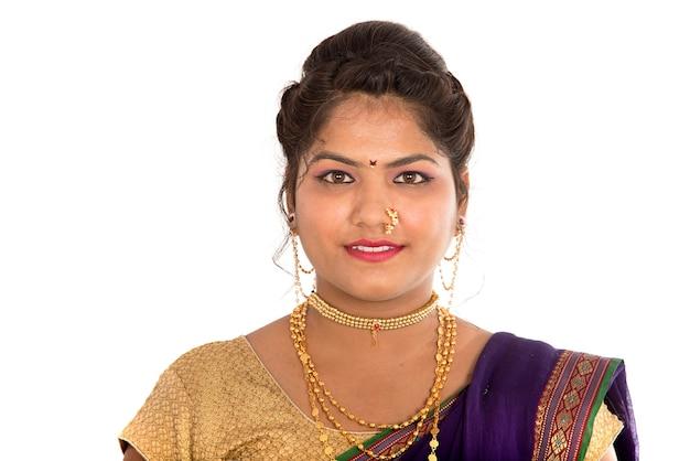 Close-up van prachtige indiase traditionele jonge meisje in saree op wit