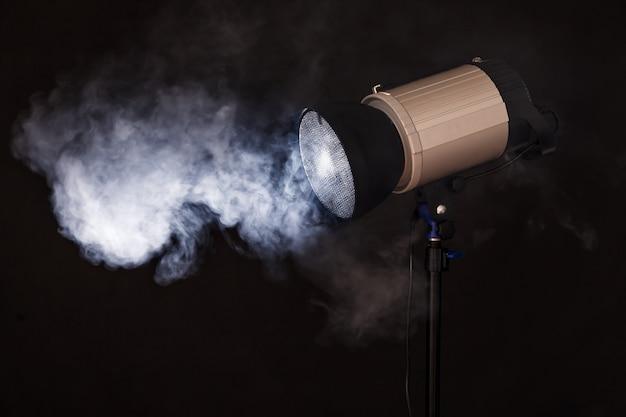 Close-up van professioneel studiolicht. concept fotoshoot in de mist